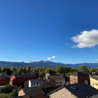 Vistas Únicas a los Pirineos, para 7-8 personas!! Tensi Home Llivia, hotel in Llivia