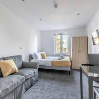 MODERN STUDIO ON EGHAM HIGH ST & PARKING!, hotel in Egham