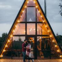Треугольный дом с панорамным окном