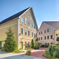 Townhome in Bavarian-Style Setting with Patio!, hotel en Reinholds