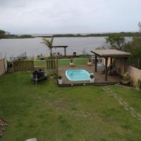 Casa na beira da lagoa com piscina e rampa para embarcações