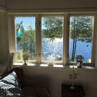 Stuga+gäststuga, strandtomt, egen brygga & bastu, hotel sa Hällingsjö