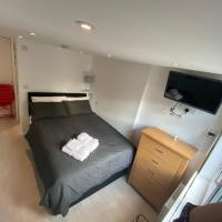 Comfortable cosy double ensuite room 'Karibu'