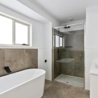 Brand new family friendly 3 bed villa - walk shops, hotel in Sandy Bay