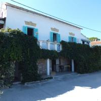 Apartments Ivan - 5 M from the sea, hotel in Rogač