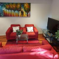 3 bedroom modern townhouse with backyard in Hornsby center, hotel em Hornsby