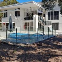 Spacious 2 bedroom unit, private bath, kitchen, RV parking on 5 acres, 10 min to Fraser Island barge, hotel in Nikenbah