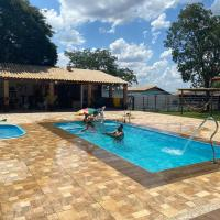 Linda chácara com piscina 20 minutos de Divinópolis, hotel in Itapecerica