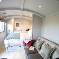 Blatchford Briar - Quality Private Huts with their own secluded Hot Tubs, hotel in Milton Abbot
