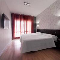 Hostal Un Punto Chic-Joaquin Costa, hotel in Huesca