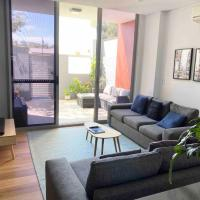 Northern Beaches Apartment for a family, hotel em Sydney