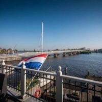 Beautiful Amsterdam City Center 3 Bedroom 2 Bathroom Penthouse 8 Guests, hotel in Zaandijk