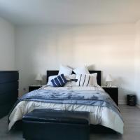 Main bedroom 2nd Fl with private washroom, hotel em Mississauga