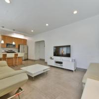 1000#1 Contemporary Home w/ Parking, Grill, & AC!, hotel in Newport Beach