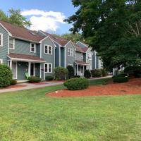 A Gorgeous Townhouse with Balcony, hotel in Dracut