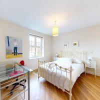 Modern 2 Bedroom, 2 Bath Flat with private parking in Acton near Chiswick Park