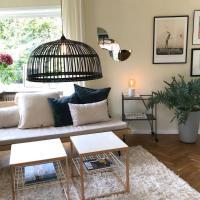 Charmigt hus med fin trädgård, hotell i Höganäs