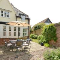 Cozy holiday home in Aldeburgh with garden, hotel in Aldeburgh