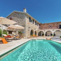 Beautiful Villa in Vrsar with Fireplace, Hotel in Marasi