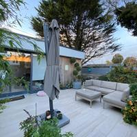 Superb Garden Room in the heart of Dalkey, hotel in Dublin