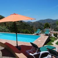 Charming Villa in Frigiliana Andalusia with Swimming Pool, hotel en Acebuchal