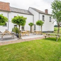 Spacious Farmhouse in Limburg with Forest Nearby, hotel in Sint Antoniusbank