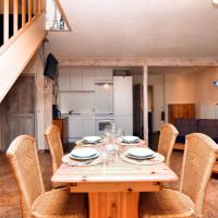 Charming terraced house, perfect for a couple, also together with BE-4783-03, hotel in Heuem