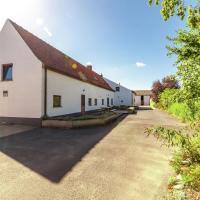 Spacious Farmhouse near Lake in Vleteren, hotel in Oostvleteren
