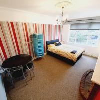 Budget 3 Bedroom Flat, hotel in Rayleigh