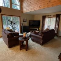 Hudson River Chalet with Jacuzzi Tub and WiFi, hotel in Lake Luzerne