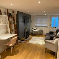 Cosy and Contemporary Cottage, hotel in Uckfield