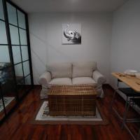 Room in Condo - Private cozy Mrt bangson free Wifinetflixpoolgym, hotel in Bang Su