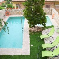 Villa in La Llacuna Sleeps 6 with Pool, hotel en La Llacuna