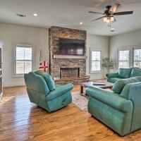Renovated Schulenburg Retreat with Pool and Views, hotel in Schulenburg