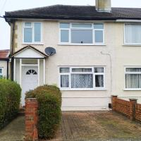 Double and Single Rooms / Cozy Family/Guests/Holiday Home, hotel in Hornchurch