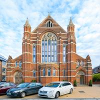 Romantic luxury apartment in converted church, North London, hotel in Finchley