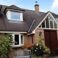 Private apartment in owner's home sleeps 4 Pool, hotel in Nuneaton