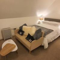 Cheltenham Studio Apartment with Hot Tub