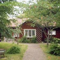 One-Bedroom Holiday home in Vara, hotell i Sparlösa