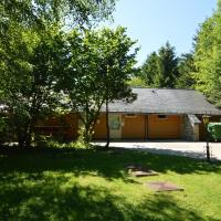 A wooden chalet located in a quiet and green environment, for 5 people, hotell i Ovifat