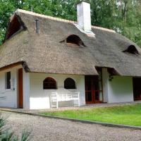 Spacious Holiday Home with Thatched Roof in Uelsen, hotel in Uelsen