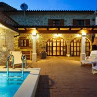 Comfortable Holiday Home in Vrsar with Pool, Hotel in Marasi