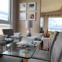 Stunning 3-Bed Caravan with sea views, hotel in Hart