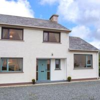3-Bed House in Clonmany With Panoramic Hillside Se, hotel in Clonmany