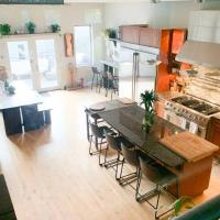 Stylish + Spacious Home Great for Hosting, hotel in Wicker Park, Chicago