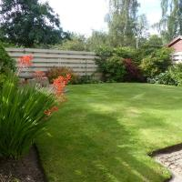 Modern 2-bed house with private garden in Scone, hotel in Perth