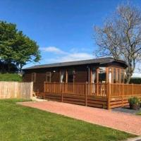 Charming 2-Bed Lodge with Hot tub in Morpeth