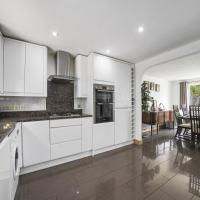 Immaculate 5-Bed House in Aylesford, hotel in Snodland