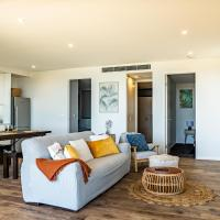 Ocean Views, Deck and Parking at 2-Bed Beach Apartment, hotel in Collaroy