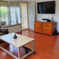 Entire house 3 bedrooms, 4 aircons free Wifi, TV, Netfix, hotel in Mount Pritchard